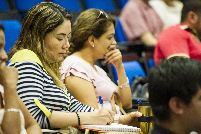 """Publico asistente a la conferencia """"Menores en conflicto con la ley"""" en el CUCS"""