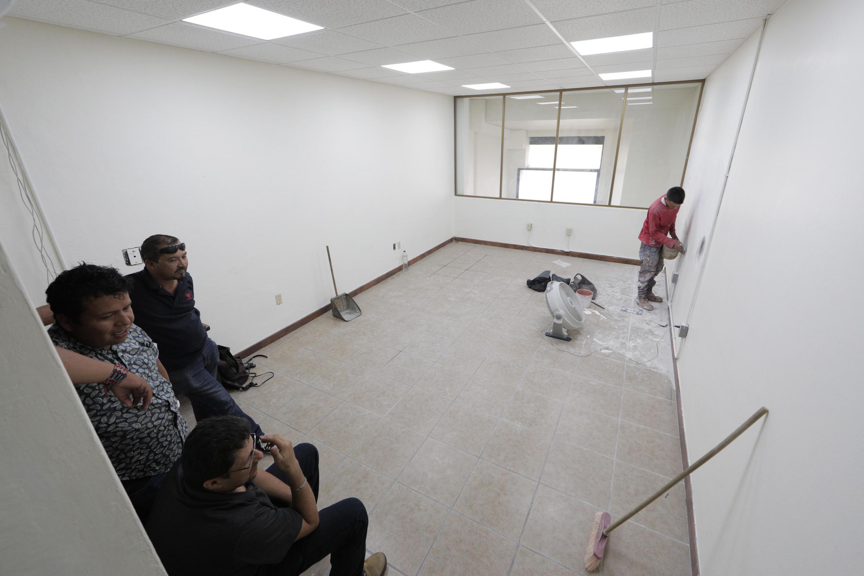 """Un trabajador reparando un muro de la Biblioteca Iberoamericana """"Octavio Paz"""""""