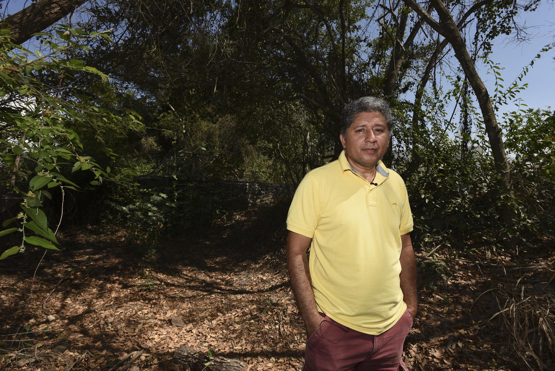 El doctor Fabio Cupul en un riachuelo habitad de la tortuga Casquito de Vallarta