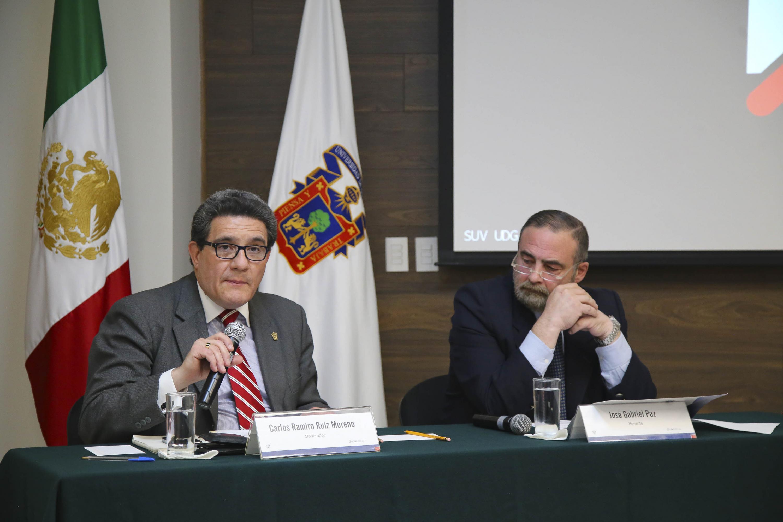 Dr. Carlos Ramiro Ruiz Moreno, jefe del Departamento de Disciplinas Afines al Derecho del CUCSH, con micrófono en mano.