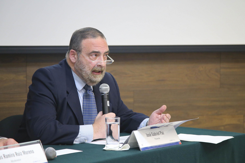 El ponente José Gabriel Paz, investigador de la Universidad del Salvador, Argentina, haciendo uso de la palabra.