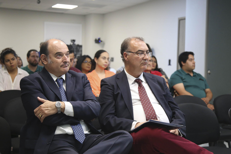 El Presidente de la Fundación Victimología de Murcia, España, Dr. José Emilio García Mercader acompañado del Dr. Marcos Pablo Moloeznik, investigador de la UdeG.