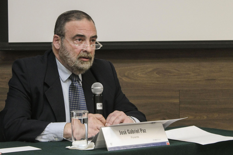 Gabriel Paz, investigador de la Universidad del Salvador, con micrófono en mano.