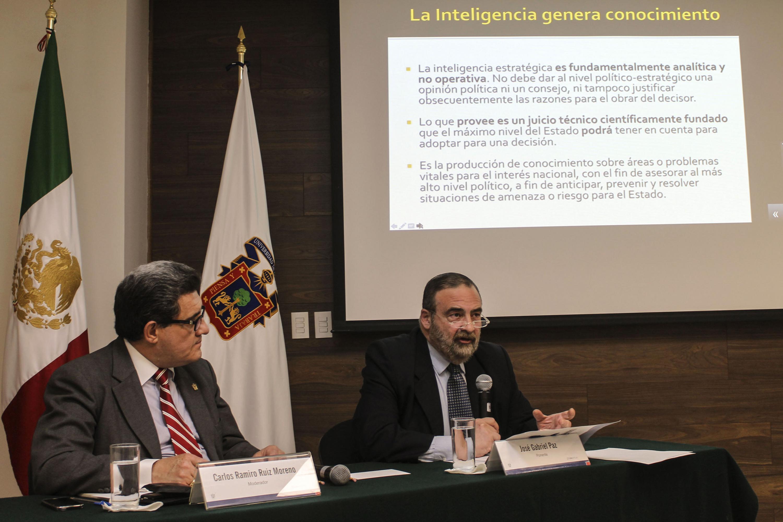 El ponente José Gabriel Paz, exponiendo el tema de Inteligencia Estratégica.