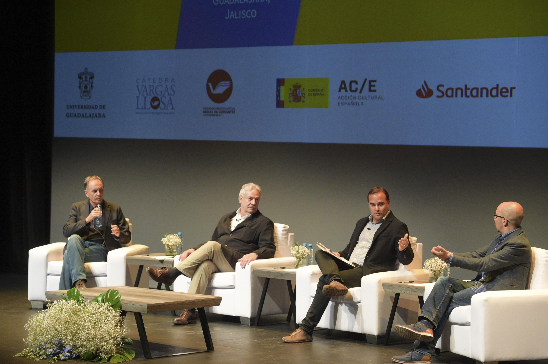 """Escritores contemporáneos participando como panelistas de la mesa de diálogo """"Las literaturas nacionales frente al mundo"""", en el marco de la Tercer Bienal de Novela Mario Vargas Llosa"""
