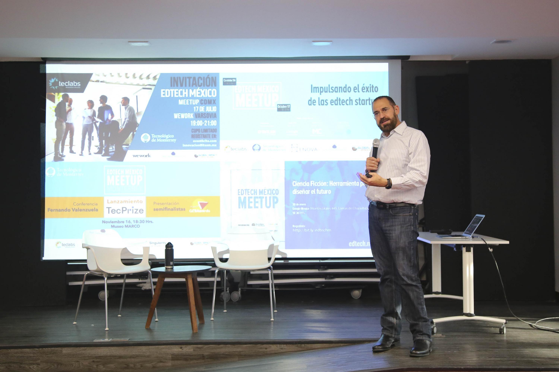 Jose Escamilla hablando desde el escenario de Central Bosh en Guadalajara