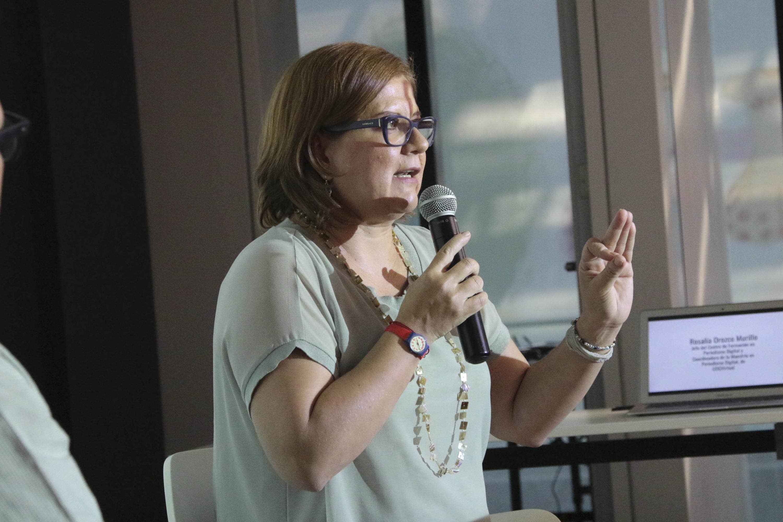 Rosalia Orozco hablando al microfono
