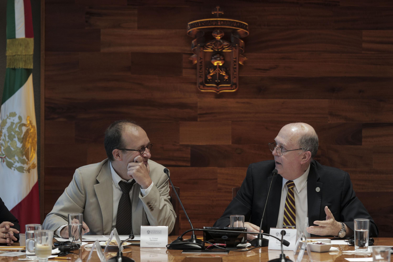 Rector General de la Universidad de Guadalajara (UdeG) doctor Miguel Ángel Navarro Navarro y el doctor Philippe Raimbault, participando en firma de convenio