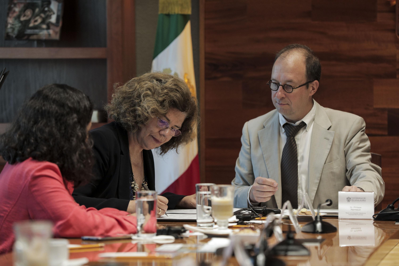 Doctora Sonia V. Rose, directora de MUFRAMEX, durante firma de convenio