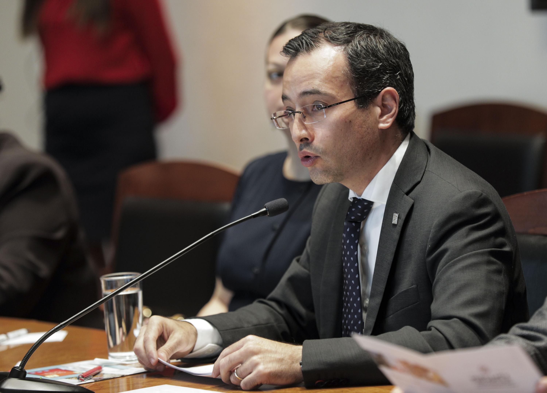 Doctor Carlos Iván Moreno Arellano, coordinador General de Cooperación e Internacionalización. hablando frente al micrófono
