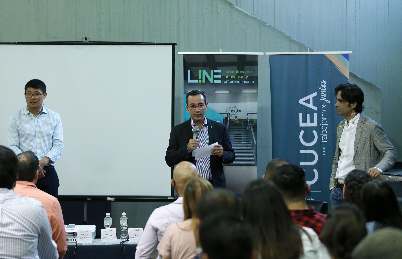 El doctor Carlos Iván Moreno Arellano dando la bienvenida al Taller
