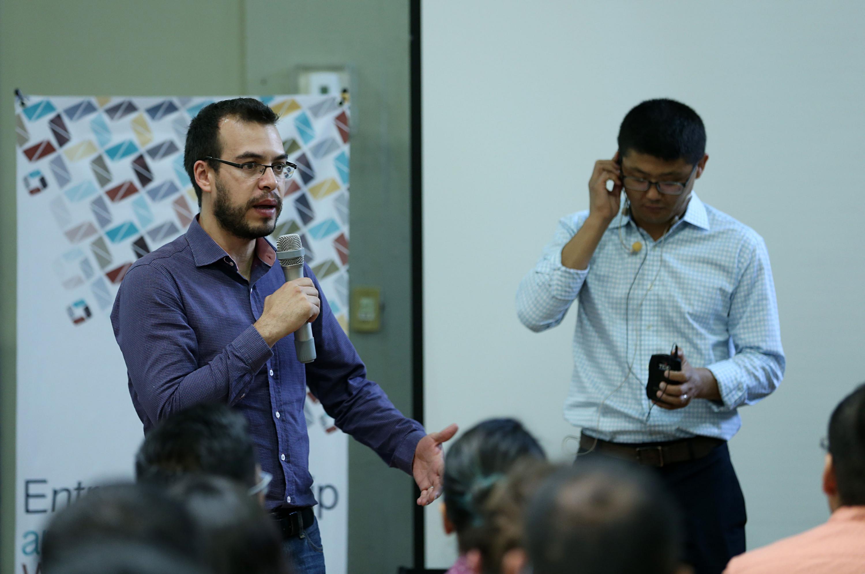 Hablando Brian Subirana profesor asociado de Sistemas de Información en la Escuela de Negocios de la Universidad de Navarra