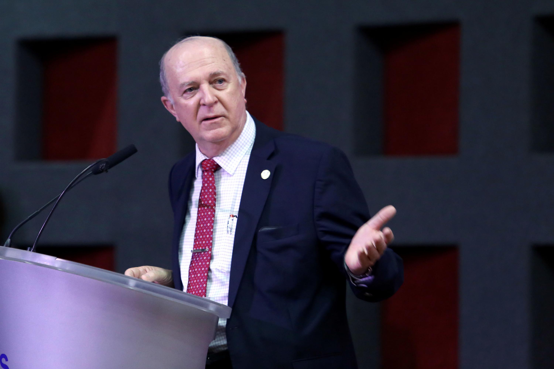 El Rector General de la UdeG, doctor Miguel Ángel Navarro Navarro, en el podio, haciendo uso de la palabra.