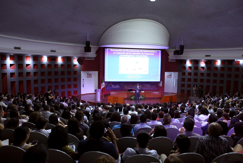 Ceremonia en el auditorio Roberto Mendiola Orta, del Centro Universitario de Ciencias de la Salud (CUCS), donde se anuncia el Programa de Formación para el Fortalecimiento del Sistema de Innovación en Jalisco.