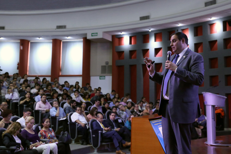 El Director del Programa de Tecnologías Sustentables de la Harvard T. H. Chan School of Public Health, doctor Ramón Sánchez Piña, haciendo uso de la palabra.