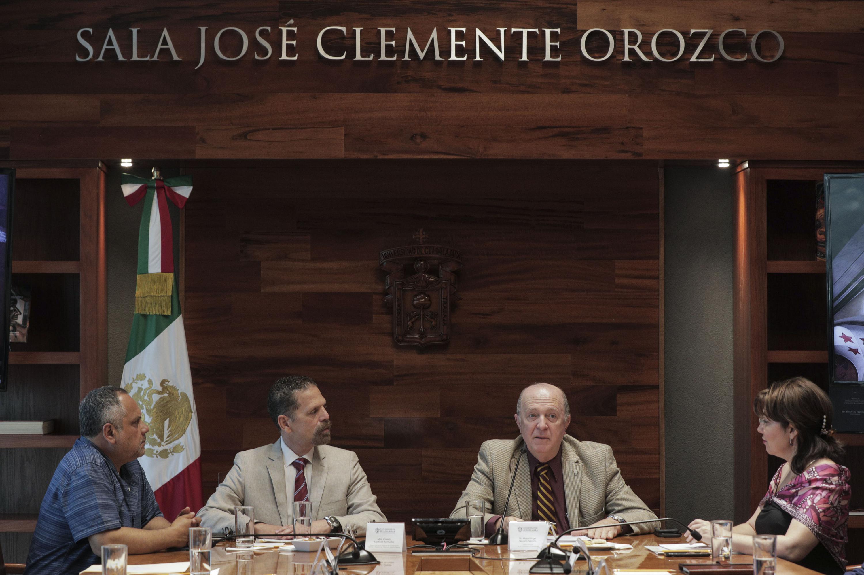 Rector General doctor Miguel Ángel Navarro Navarro y el Director del Cencropam, Ernesto Martínez Bermúdez, mostrando documentos durante firma de convenio