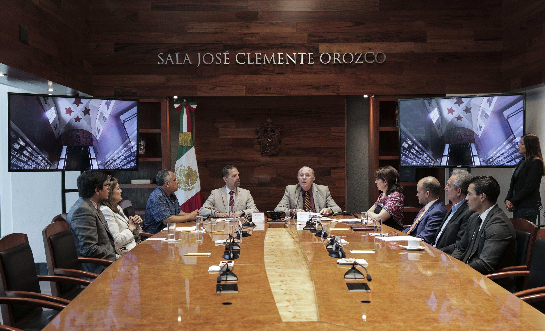 Rector General doctor Miguel Ángel Navarro Navarro y el Director del Cencropam, Ernesto Martínez Bermúdez, mostrando documentos durante firma de convenio, en la sala Jose Clemente Orozco