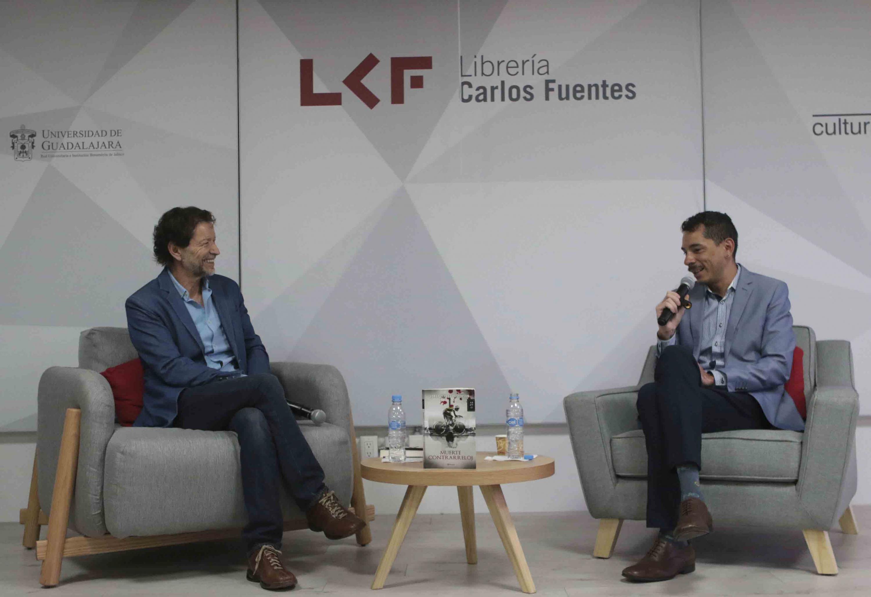 Ricardo Salazar, Director de Radio Universidad de Guadalajara (Radio UdeG), charlando con el periodista Jorge Zepeda Patterson, durante la presentación de libro