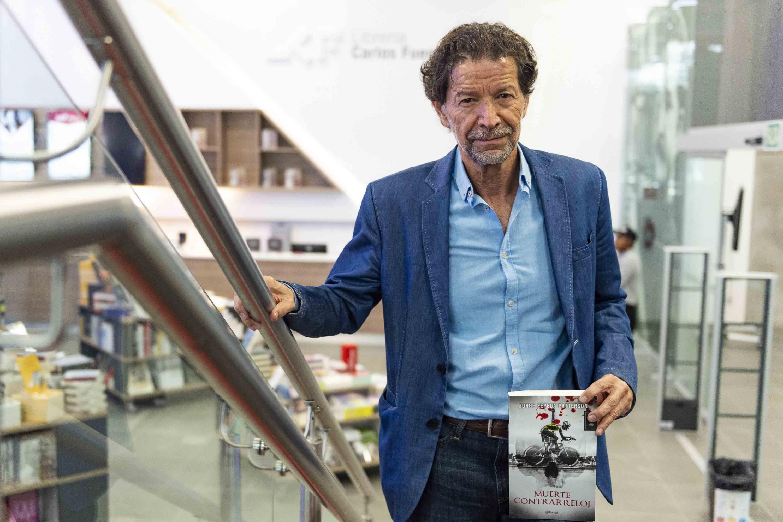 Periodista Jorge Zepeda Patterson, posando junto a su libro