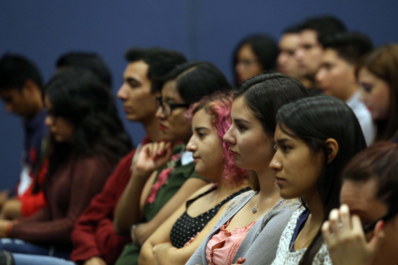 Estudiantes del CUCEA asistentes la presentación en el auditorio