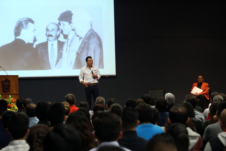 El candidato a la alcaldía de Zapopan Pablo Lemus Navarro durante la presentacion en CUCEA