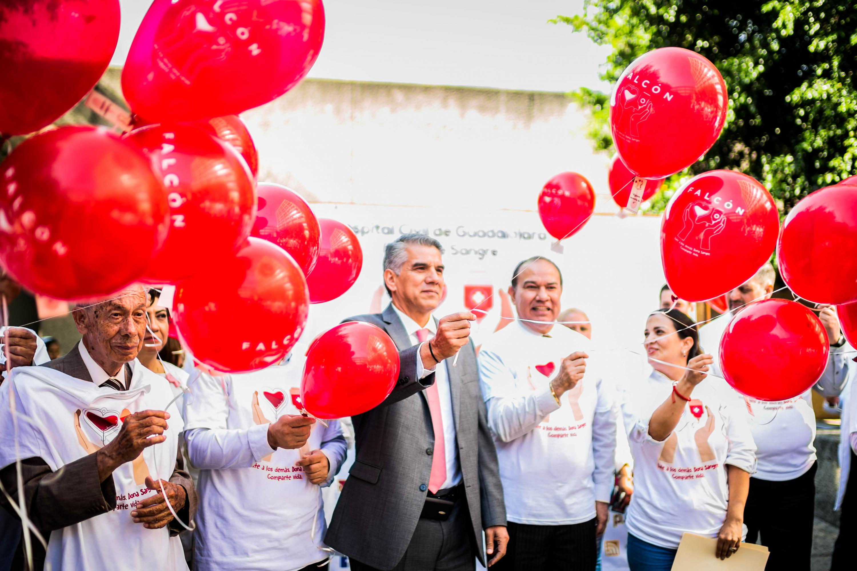 Los funcionarios del hospital Civil liberan los globos con mensajes atados