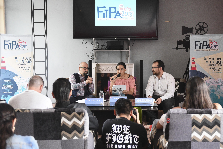 Directora del FITPA, Susana Romo, haciendo uso de la palabra anunciando el tercer Festival Internacional de Teatro para los Primeros Años