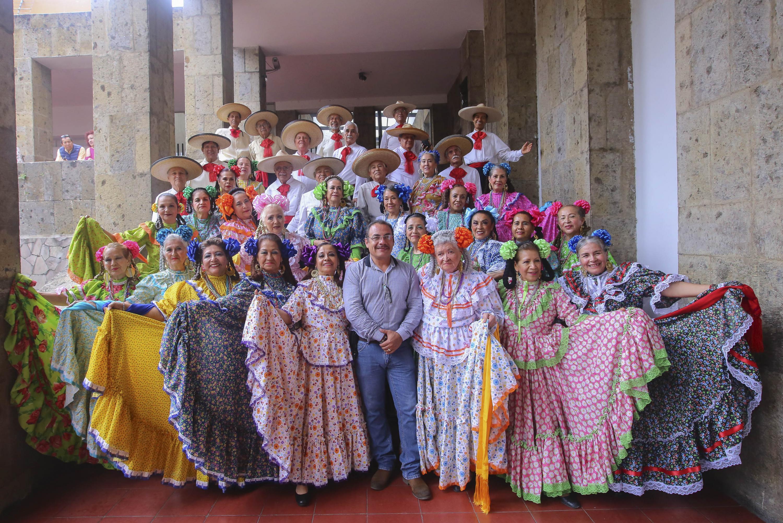 40 Estudiantes del Sistema Universitario del Adulto Mayor que integran el Ballet Folcloroico