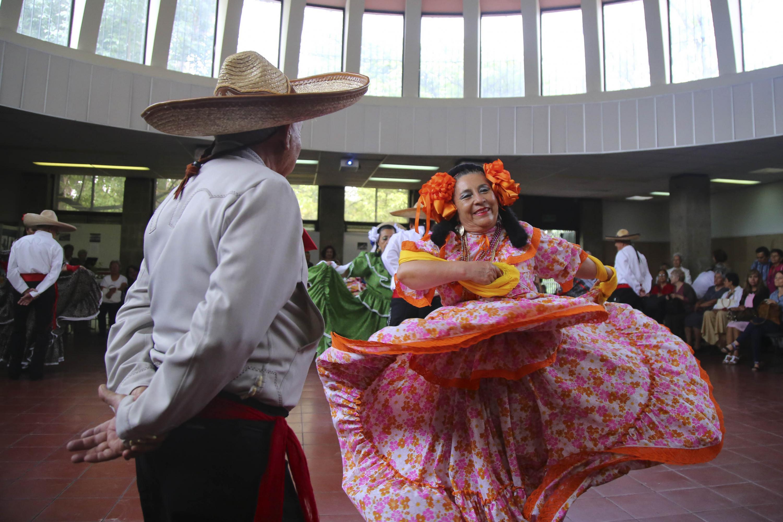 Una pareja de estudiantes del SUAM bailando un son