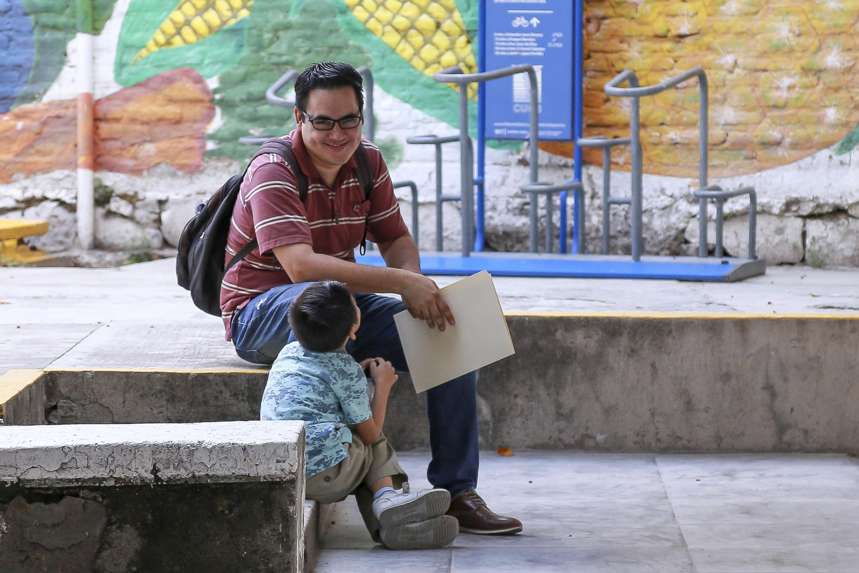 Papá sentado junto a su hijo