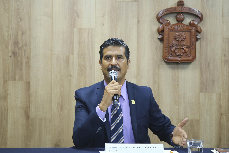 Secretario de la División de Estudios Jurídicos del Centro Universitario de Ciencias Sociales y Humanidades (CUCSH), doctor Marco Antonio González Mora, haciendo uso de la palabra durante rueda de prensa
