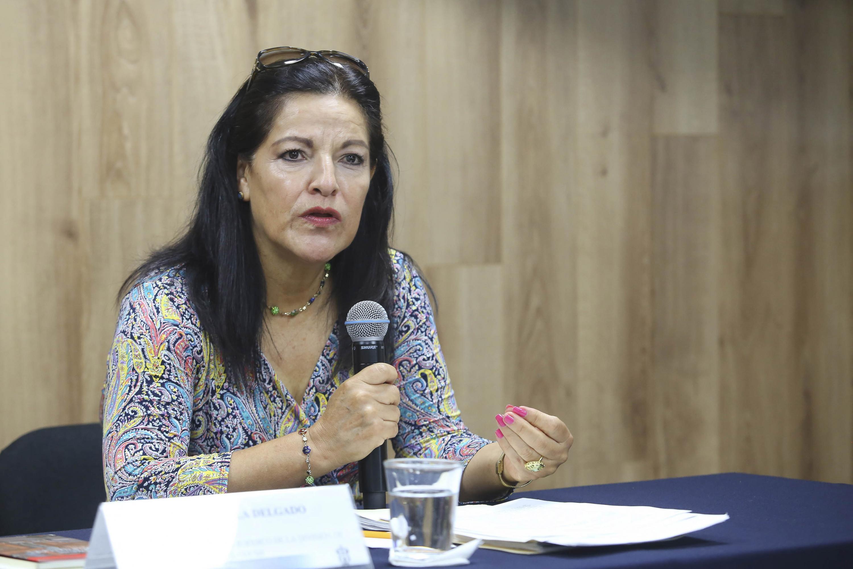 Integrante del Bufette Jurídico de Servicio Social de la UdeG, maestra María Estela Delgado Muñoz, haciendo uso de la palabra durante rueda de prensa