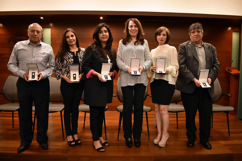 Seis trabajadores administrativos de UDGVirtual que recibieron un reconocimiento por su trayectoria de 20 o 25 años de servicio en la Universidad de Guadalajara.