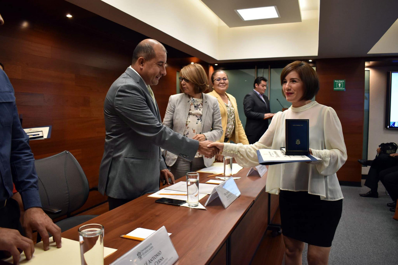 Doctor Jorge Alberto Balpuesta Pérez, director Académico, haciendo entrega de reconocimiento