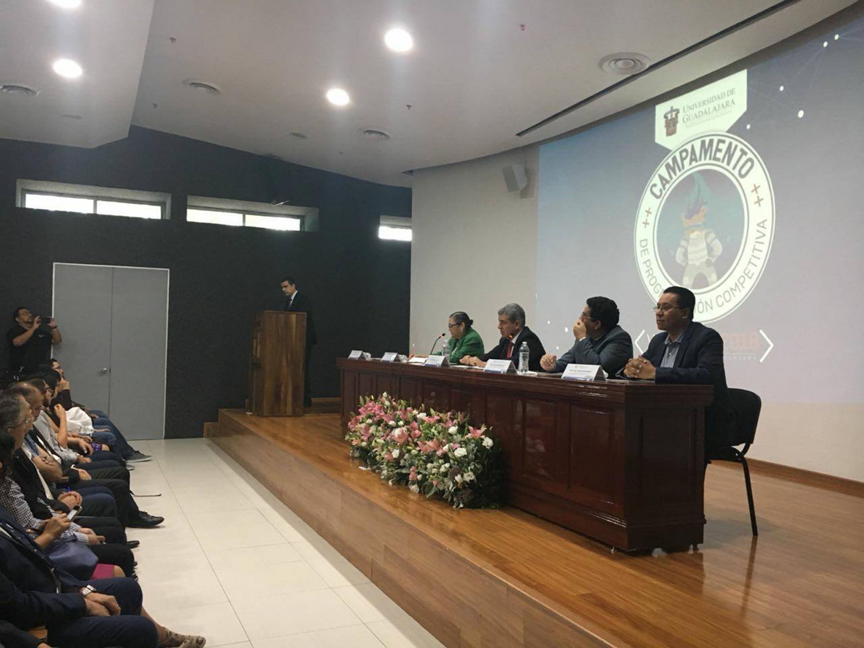 Doctor Luis Alberto Gutiérrez Díaz de León, Coordinador General de Tecnologías, haciendo uso de la palabra durante la inauguración del Campamento de Programación Competitiva UdeG