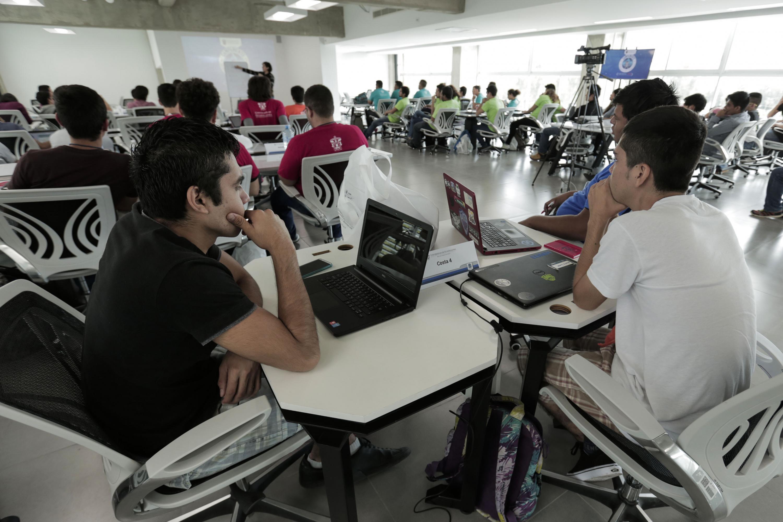 Participantes al Campamento de Programación Competitiva UdeG, trabajando con sus laptops