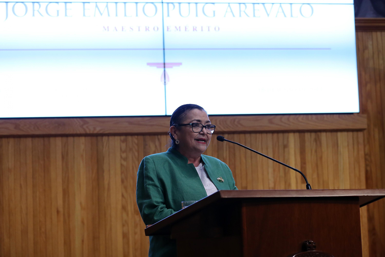 Rectora del CUCEI, doctora Ruth Padilla Muñoz, haciendo uso de la palabra durante la ceremonia