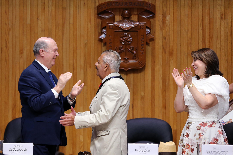 Rector General de la UdeG, doctor Miguel Ángel Navarro Navarro, haciendo entrega de medalla honorifica