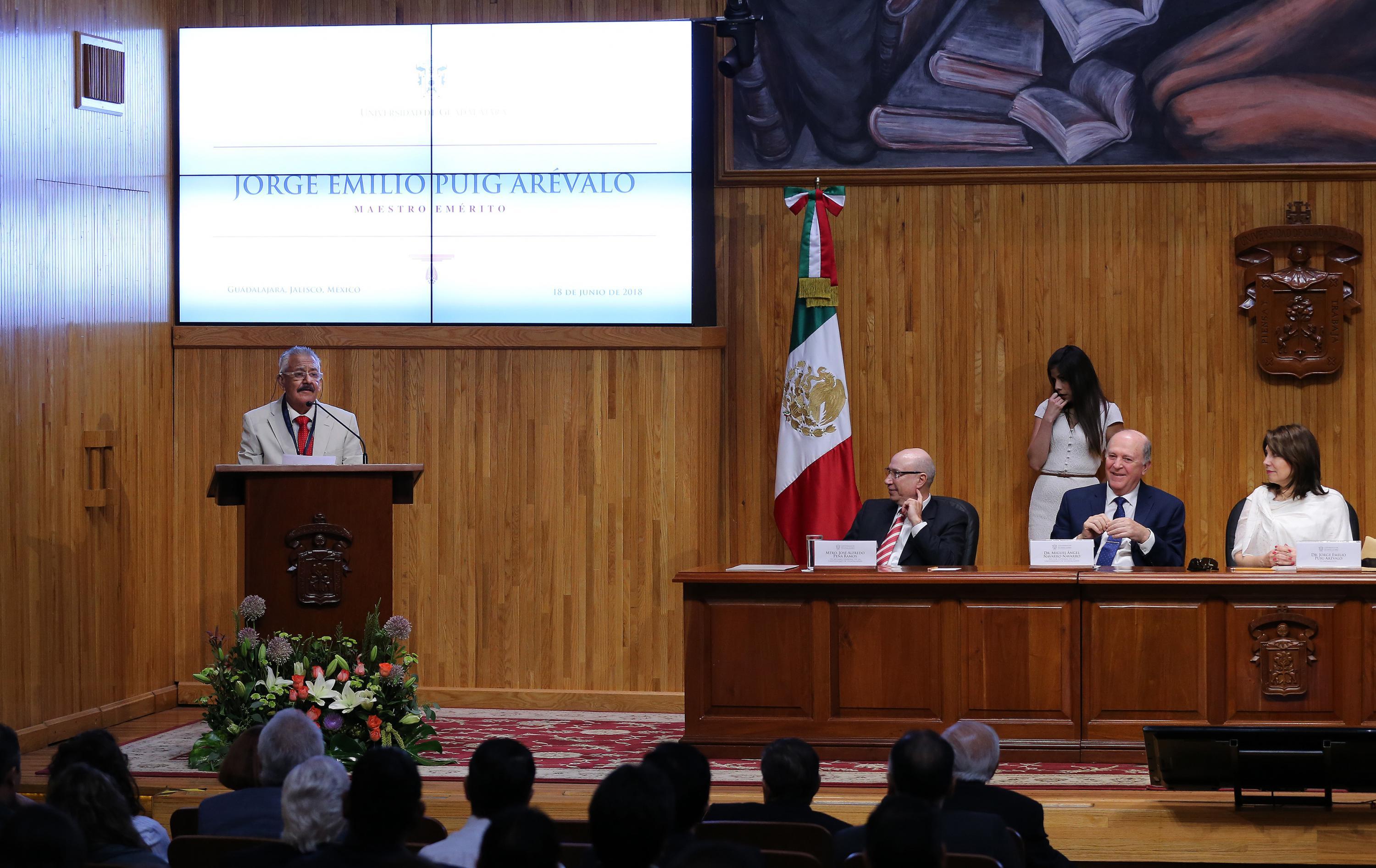 Maestro Emérito al doctor Jorge Emilio Puig Arévalo, haciendo uso de la palabra