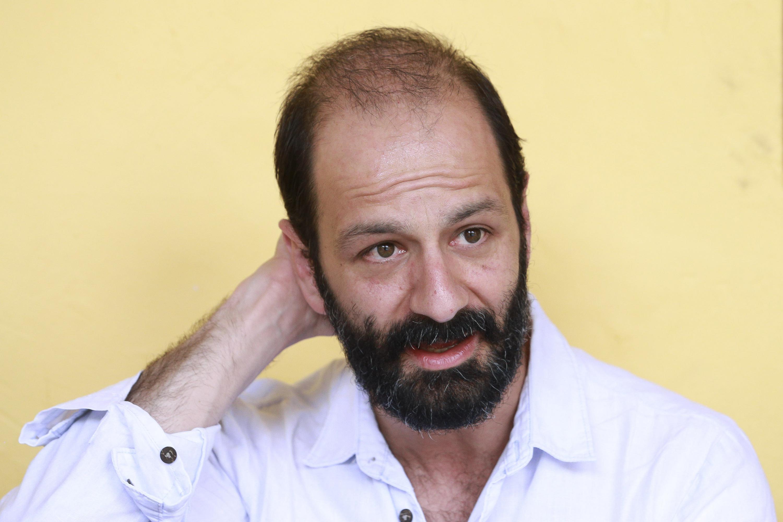 """El dramaturgo Felipe Botero contempla la puesta en escena """"El ausente"""" en el Teatro Vivian Blumenthal"""
