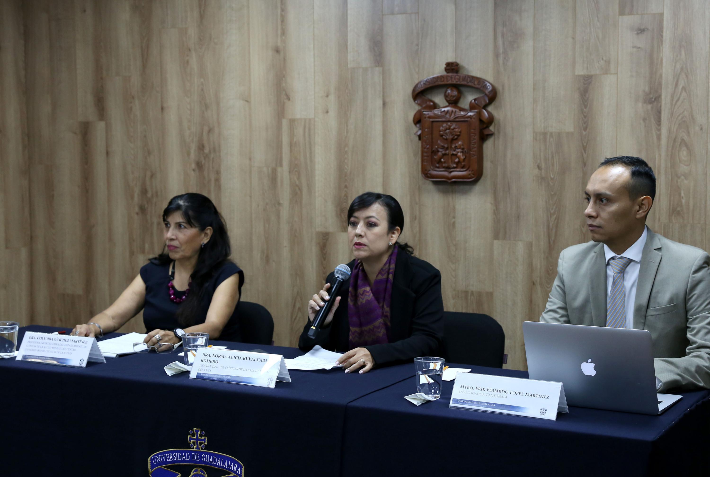 Jefa del Departamento de Clínicas de la Salud Mental, del Centro Universitario de Ciencias de la Salud (CUCS), doctora Norma Alicia Ruvalcaba Romero, haciendo uso de la palabra durante rueda de prensa