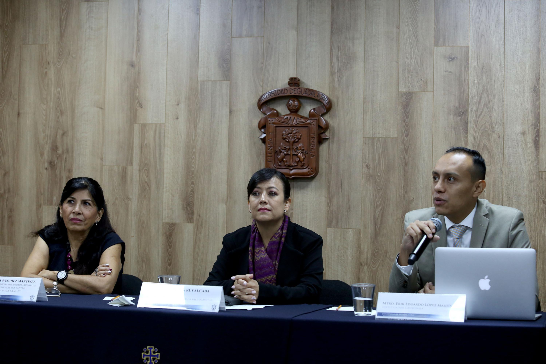 Investigador del Centro Universitario de Tonalá (CUTonalá), maestro Erick Eduardo López Martínez, haciendo uso de la palabra durante rueda de prensa