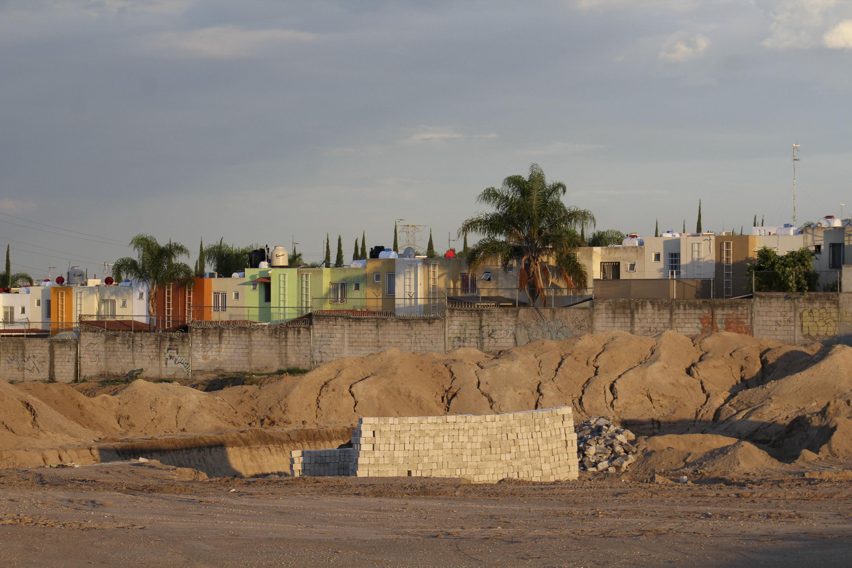Zona de construcción al lado de las colonias afectadas por la lluvia
