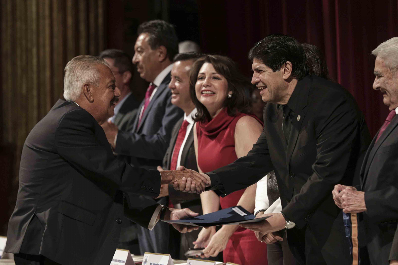 Maestro Emérito de la Universidad de Guadalajara, doctor Jorge Emilio Puig Arévalo, recibiendo reconocimiento.