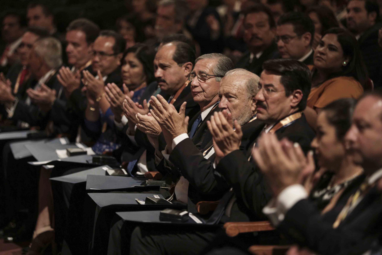 Profesionales egresados de la Universidad de Guadalajara, aplaudiendo durante la ceremonia.