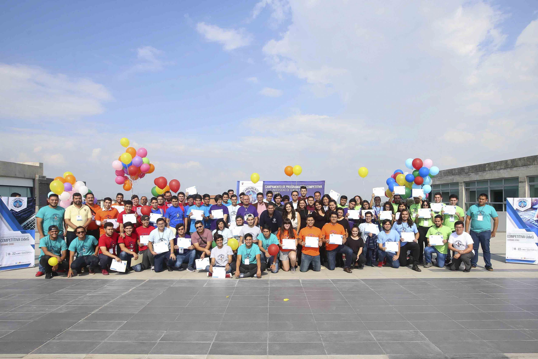 Participantes y sus maestros durante la foto oficial