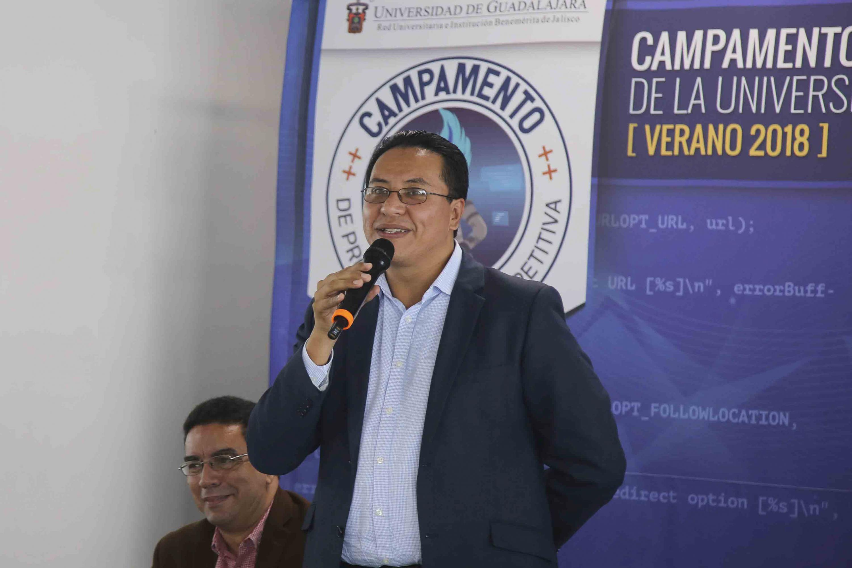 Maestro José Guadalupe Morales Montelongo, coordinador de desarrollo de la CGTI, hablando frente al micrófono