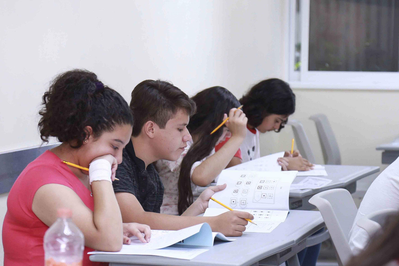 Niños realizando la evaluación para la selección de nuevos estudiantes del Centro Educativo para Altas Capacidades.