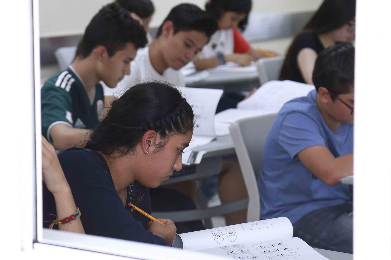 Grupo de adolescentes realizando la prueba de admisión para ingresarán el próximo ciclo escolar a primero de primaria y a los tres grados de secundaria en el Centro Educativo para Altas Capacidades.
