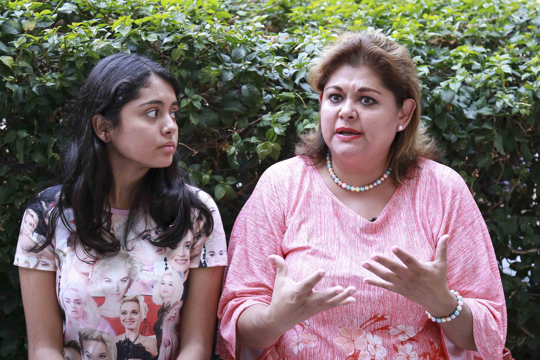 Una señora y una adolescente siendo entrevistadas.